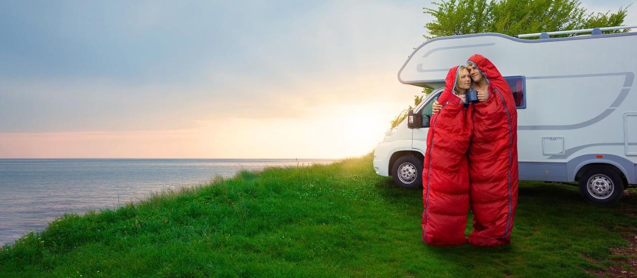 Paar reist mit dem Pkw